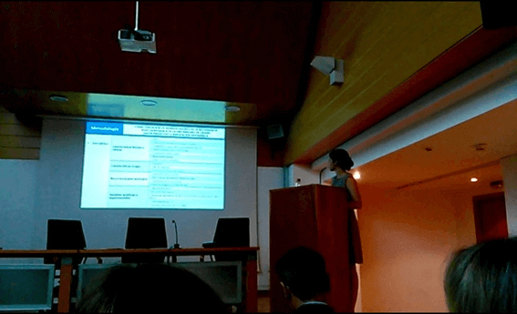 Elena Cerrillo exponiendo su tesis doctoral